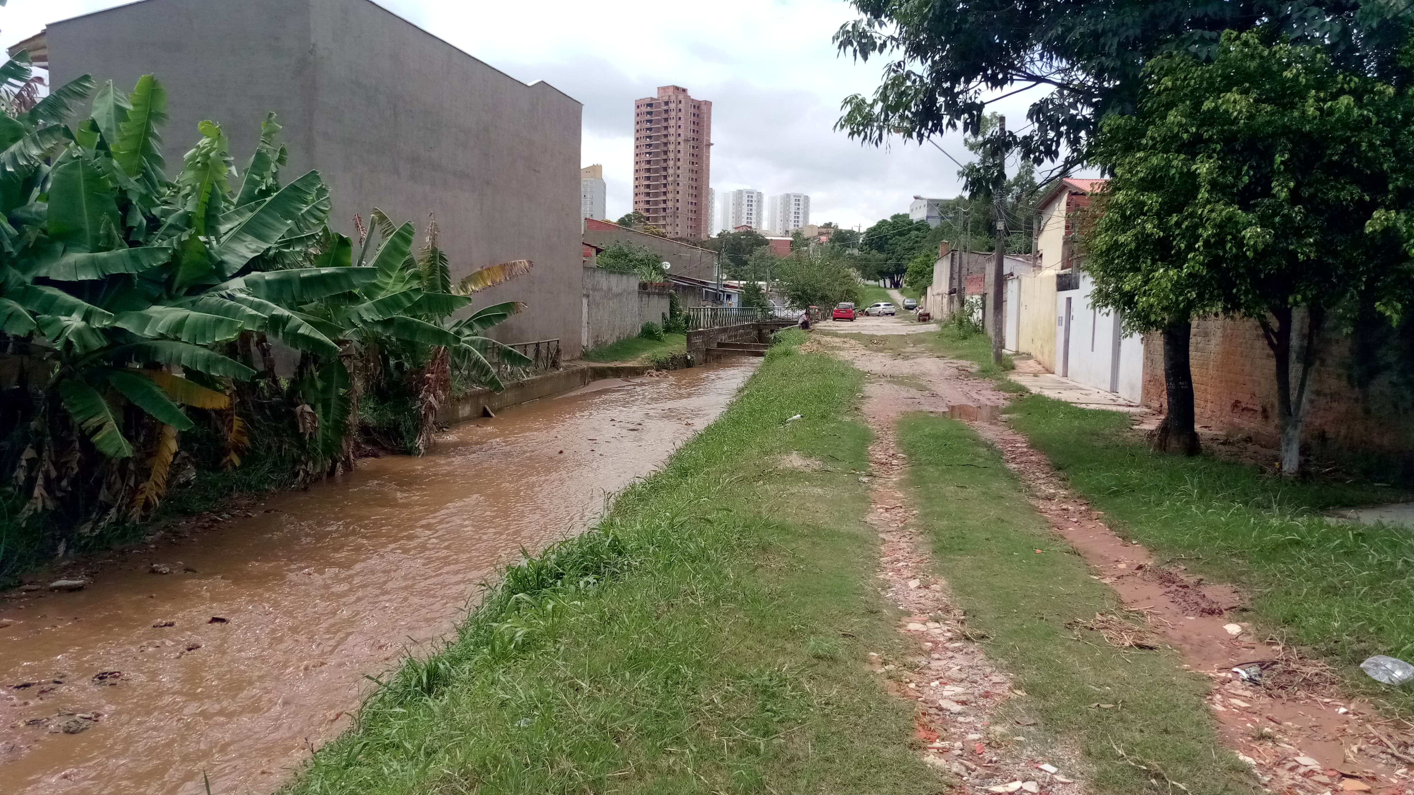 denúncia de assoreamento e inundações na parte baixa do córrego devido a terraplenagem de loteamento em construção